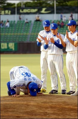 은퇴식에서 마운드에 입을 맞추는 김현욱 선수. 은퇴식에서 마운드에 입을 맞추는 김현욱 선수.